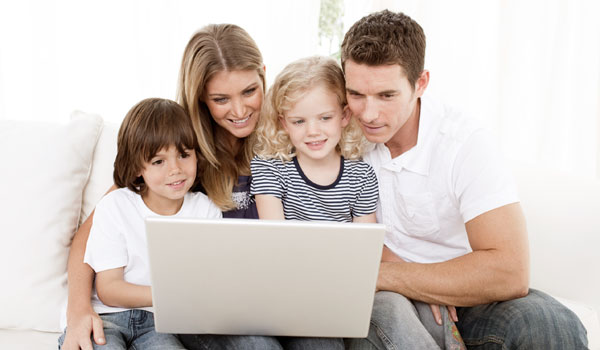 family-with-laptop-02.jpg