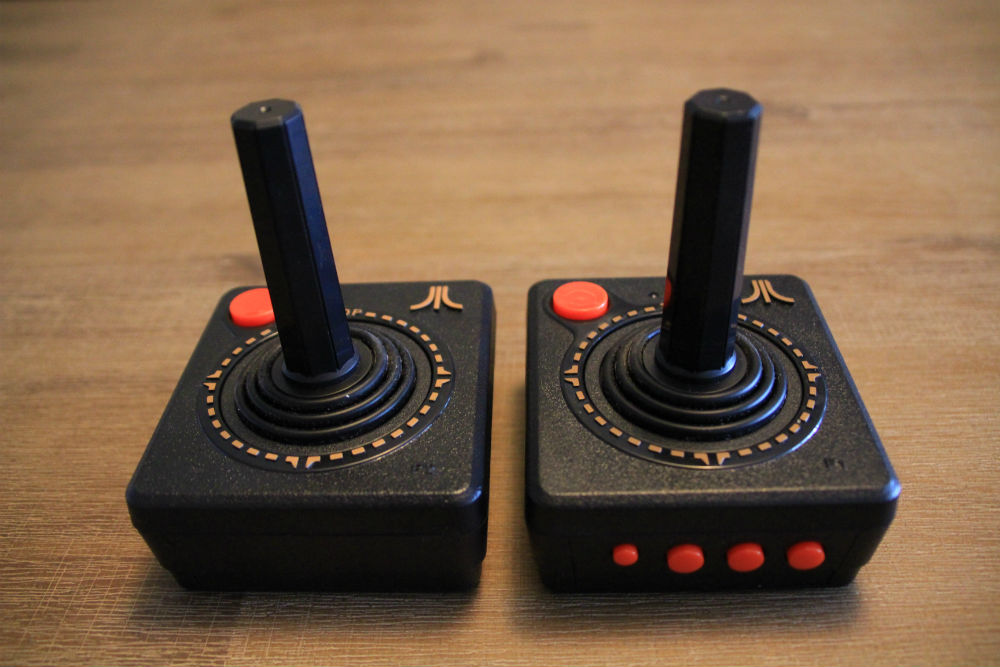 Atari Flashback 8 Gold joysticks