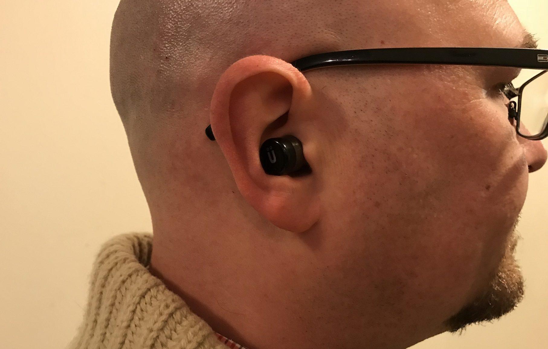 écouteurs bouton sans fil autonomes Pulse Mini d'Uolo - en essayant