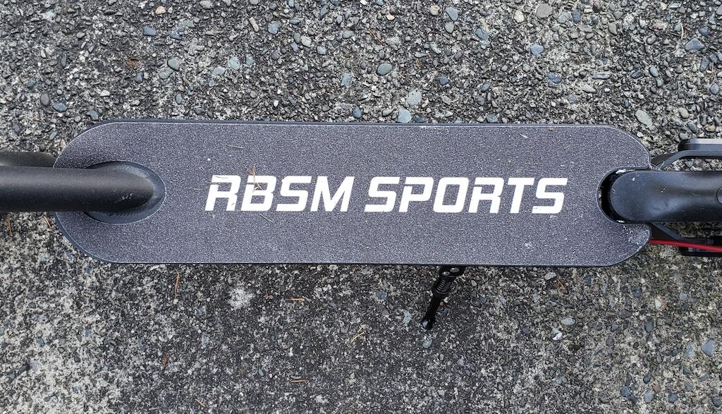 La plateforme de la trottinette électrique de RBSM Sports a une surface antidérapante pour rester stable.
