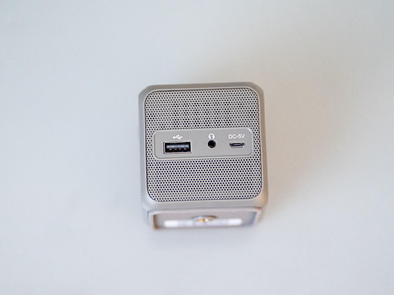 Le projecteur cubique intelligent XPRIT est doté de deux ports USB et d'une prise pour casque