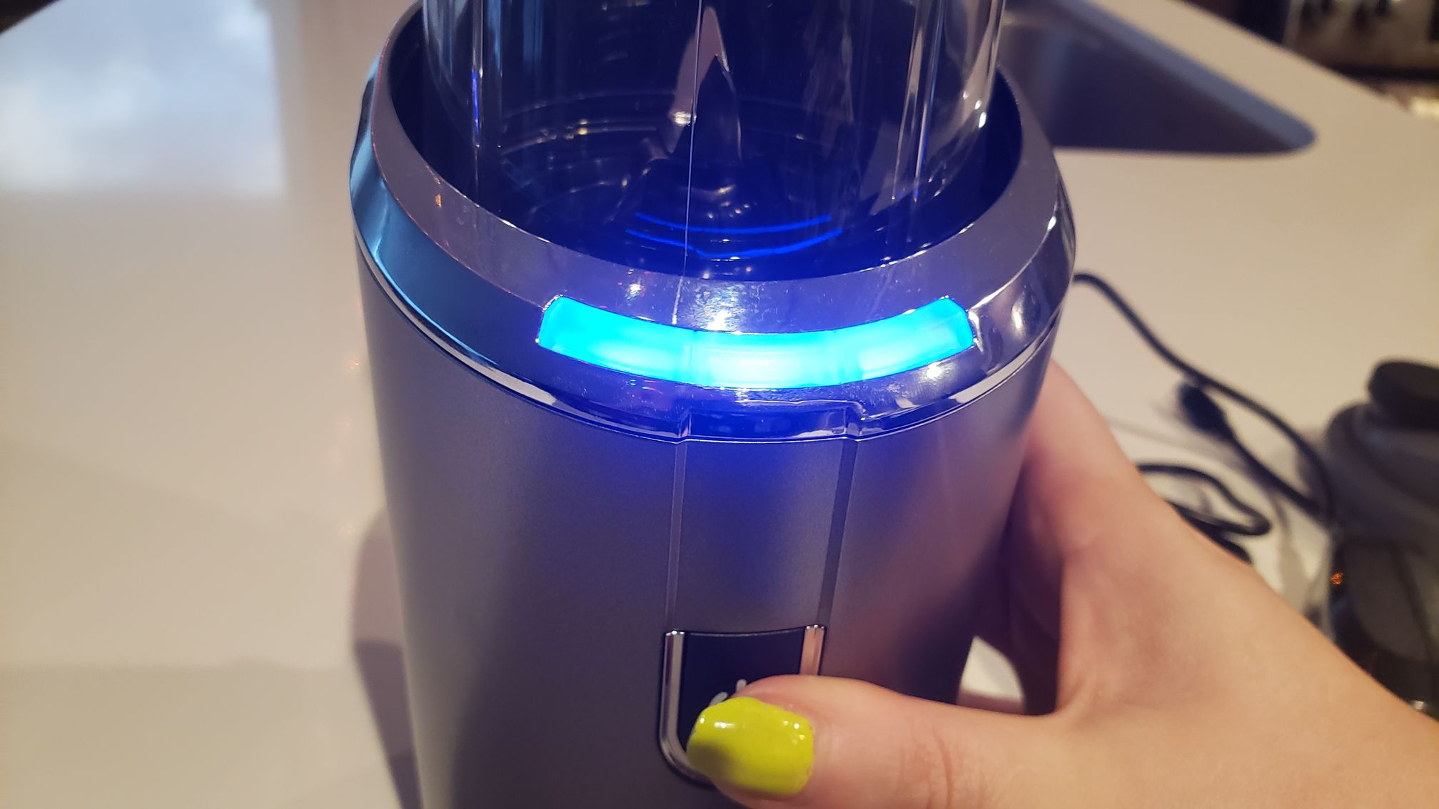 image of the blender's 3 LED all glowing, indicating full battery
